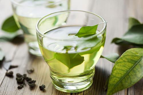 Стакан зеленого чая